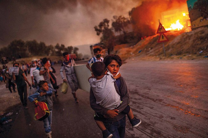 Kinder fliehen aus dem brennenden Flüchtlingslager Moria auf der griechischen Insel Lesbos.