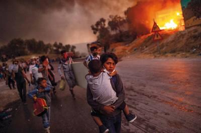 Kinder fliehen aus dem brennenden Flüchtlingslager Moria auf der griechischen Insel Lesbos. © ANGELOS TZORTZINIS, GRIECHENLAND, AFP (AGENCE FRANCE PRESSE)